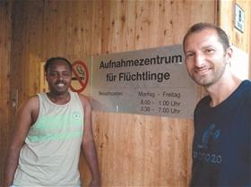 Abdikarim Mohamud Osman Somalia und Sacha Schlegel vom Tandem-Projekt vor dem Aufnahmezentrum.?(Foto: ZVG)