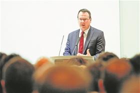 Minister Thomas Zwiefelhofer referierte zu den wirtschaftlichen Herausforderungen 2016.?(Fotos: Paul Trummer)