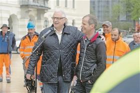 Arnold Matt (links) forderte, flankiert von zahlreichen Gewerblern, «gleich lange ?Spiesse für alle». ??(Foto: M.Zanghellini)