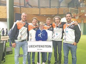 Der SRC Vaduz mit Roger Baumann, Patrick Maier, Peter Maier, Davide Bianchetti und Michel Haug (von links) bei der Eröffnungsfeier der Europäischen Clubmeisterschaften in Paderborn.?(Foto: ZVG)