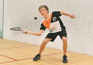 VADUZ Das Squash House Vaduz stand am Samstag ganz im Zeichen des Nachwuchses. Der SRC Vaduz veranstaltete im Rahmen der Schweizer Nachwuchsserie «Squash !t» ein tolles Turnier für die Stars von morgen. Den ganzen Tag lang wurde in insgesamt sechs Kategorien (A bis F) um die Turniersiege und gute Platzierungen gespielt. Im A-Tableau spielte sich SRCV-Akteur David Maier (Foto) mit Siegen gegen David Bernet (3:0) und Sven Stettler (3:0) ins Finale, wo der an Nummer 1 gesetzte Yannick Wilhelmi vom SC Grabs wartete. Dabei musste sich Maier dem Favoriten mit 0:3 (9:11, 2:11, 5:11) geschlagen geben. Die weiteren Turniersiege in Vaduz holten sich Silvan Oertli (Kategorie B), Noah Mannhart (C), Leonie Richter (D), Dario Kaiser (E) und Mauro Schegg (F). Für den SRCV-Spieler Jonathan Carballo Lago reichte es in der F-Kategorie für den siebten Rang.?(rob/Foto: Nils Vollmar)